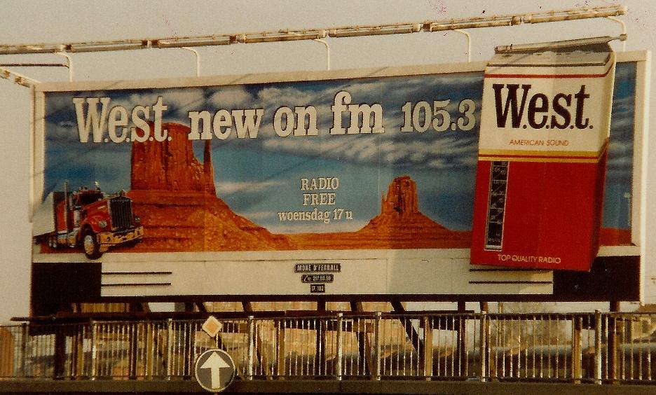 Reuze billboard opgesteld langs de Gentse Ring om het syndicated programma W.E.S.T. te promoten